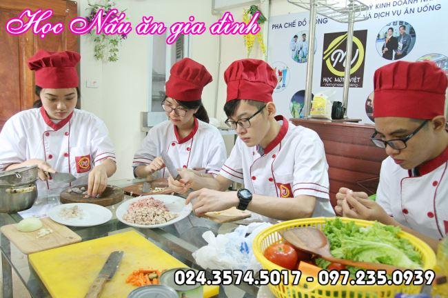 học viên khóa nấu ăn gia đình tại Học Món Việt