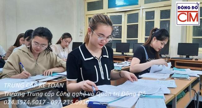 ảnh thực tế sinh viên trung cấp kế toán 02 trường Trung cấp Công nghệ và Quản trị Đông Đô