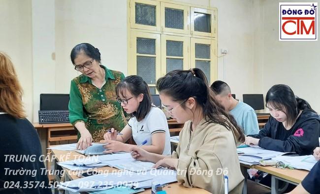 ảnh thực tế sinh viên trung cấp kế toán 03 trường Trung cấp Công nghệ và Quản trị Đông Đô