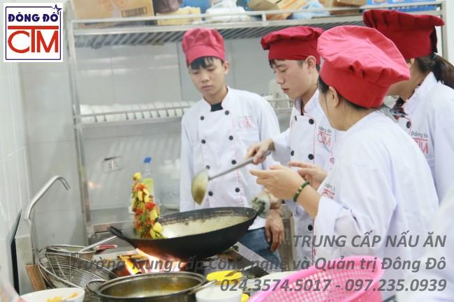 ảnh thực tế sinh viên trung cấp nấu ăn 01 trường Trung cấp Công nghệ và Quản trị Đông Đô