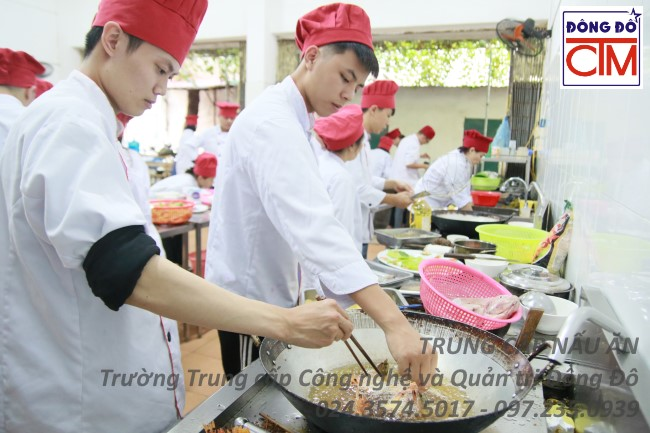 ảnh thực tế sinh viên trung cấp nấu ăn 14 trường Trung cấp Công nghệ và Quản trị Đông Đô